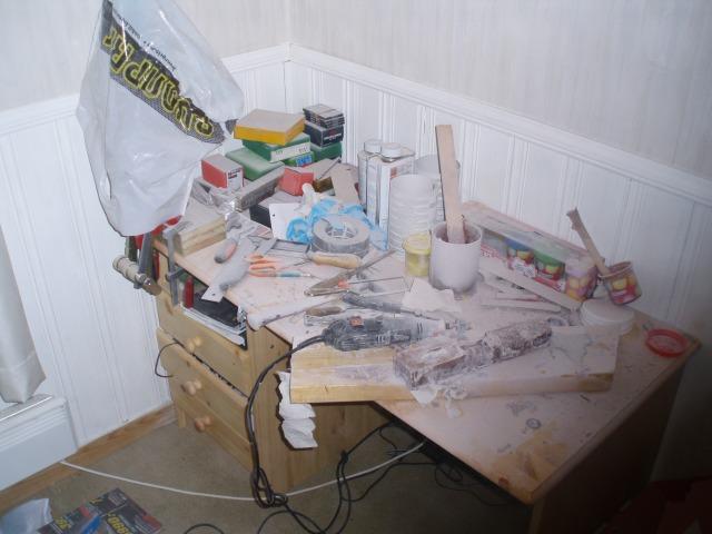 Neste gang, rydd pulten, og ikke gjør dette på rommet. Alt var dekket av dette støvet. HMS er jo bare en mye ingen tror på, sant?
