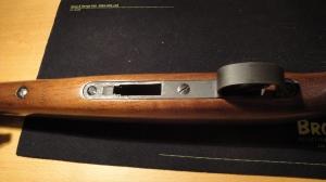 På undersiden er det 4 skruer, disse skrues ut for å løsne kassen fra stokken.