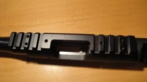 Skinna demonteres ved å skru ut de 6 små skruene og trekke den bakover.