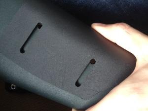 Boret hullene i øvre kant av justeringsområdet til platen.