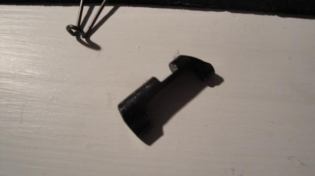 Magasinutløserknappen kan nå tas ut og settes inn andre veien. Så er det bare å gjøre det hele baklengs.