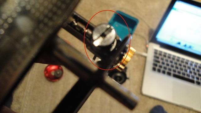 Skruen som er avbildet skrues opp og bitsen som går ned i evighetsskruen kan tas ut. Denne bitsen byttet jeg ut før jeg monterte sammen igjen.