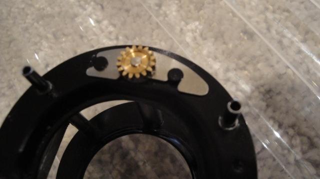 Den blanke platen her vippes opp og av for å løsne skruen.