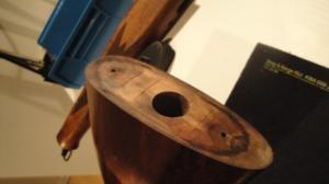 """Når kolbekappen er av, brukes et langt skrujern (flatt) for å få ut """"kassen""""."""